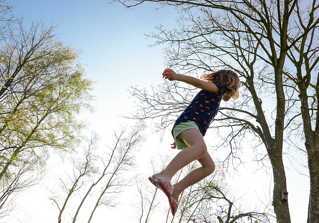 děvče na trampolině