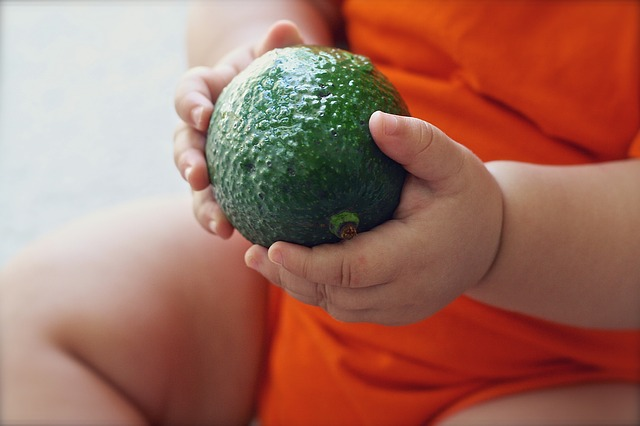 dítě a avokádo.jpg