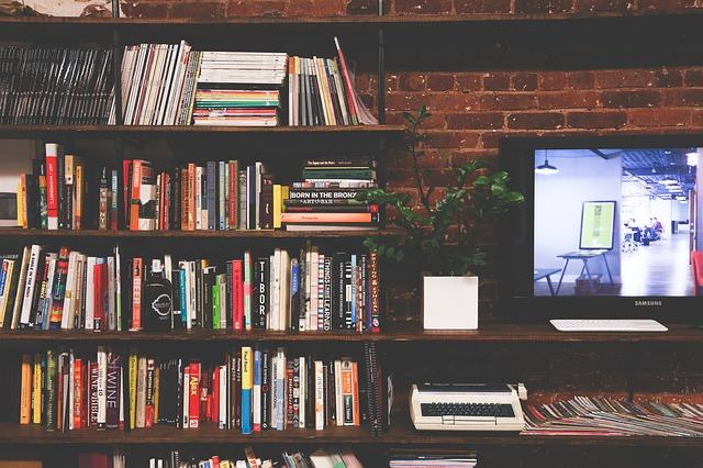 knihy v obýváku