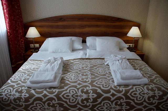 manželská postel z masivního dřeva.jpg