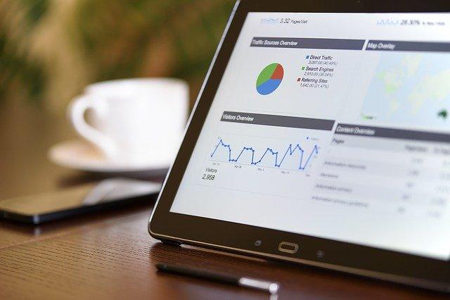 tablet s grafem internetového marketingu